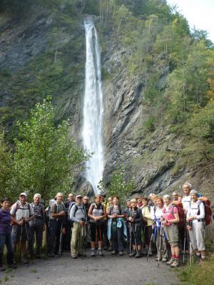 Le grand groupe devant la cascade...
