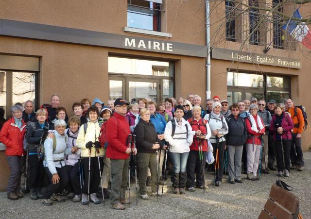 Les 49 marcheurs devant la mairie de Vion